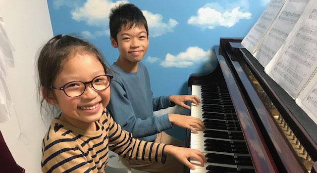 少人数のリトミックやピアノなどの個人レッスンは、教室のグランドピアノで指導